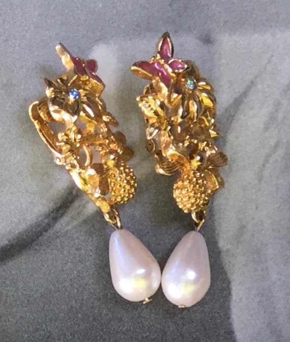 Adorable Charming Vintage Signed AVON Honey Bee Butterfly Flower Enamel  Pearl Goldtone Statement Earrings
