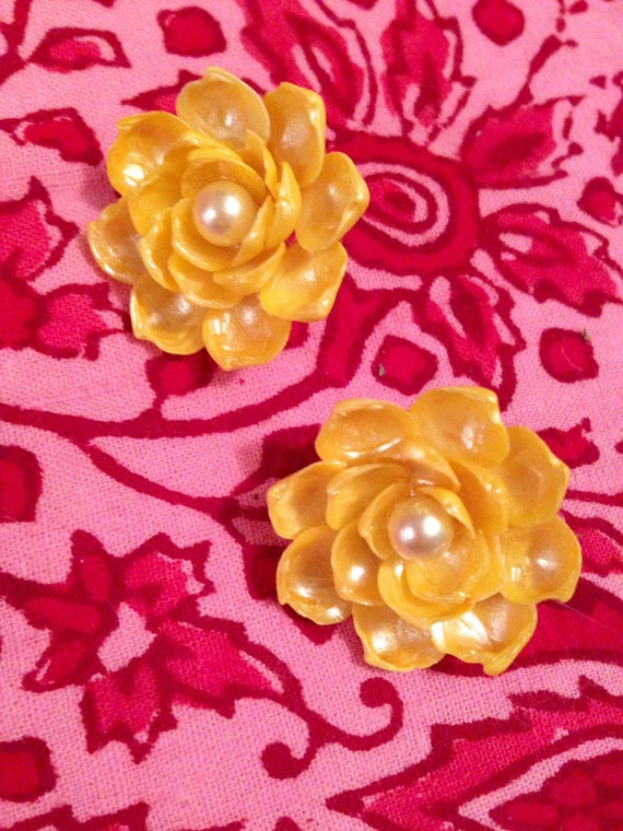 Beautiful yellow flower earrings made of tiny tropical sea shells Vintage mid century clip-ons