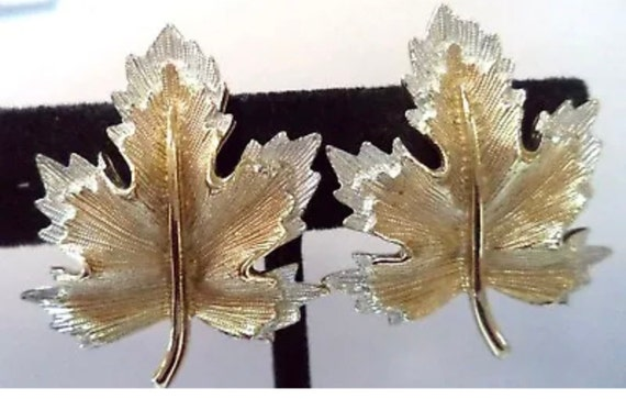 """Lovely Mid Century Vintage Signed SARAH COV Silvertone & Goldtone Etched LEAF 1 1/2"""" Clip on Earrings"""