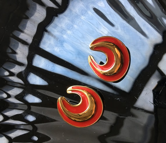 Zany Red Enamel on Gold Tone Modernist Swirl mini Hoop Earrings, Chic Signed Vintage Monet Fashion Glamour Jewelry