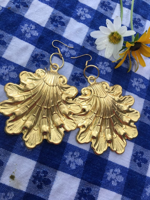 Gorgeous Huge Runway High Fashion Goldtone Exotic Tropical Shell Scallop Earrings Signed Gay Isber