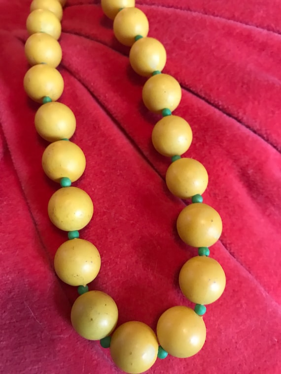 Mid Century Eames Era Citrus Lemmon Yellow & Green Graduated Beaded Necklace, wood or Composite, cheerful fruity colors