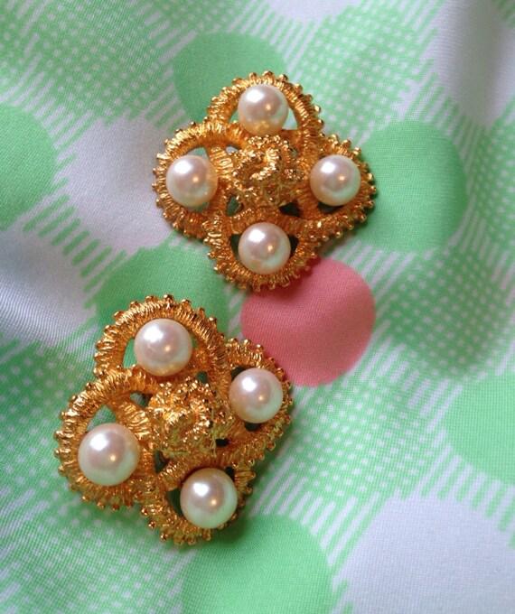 Vintage Natori Large Goldtone & Pearl Big Bling clip on earrings