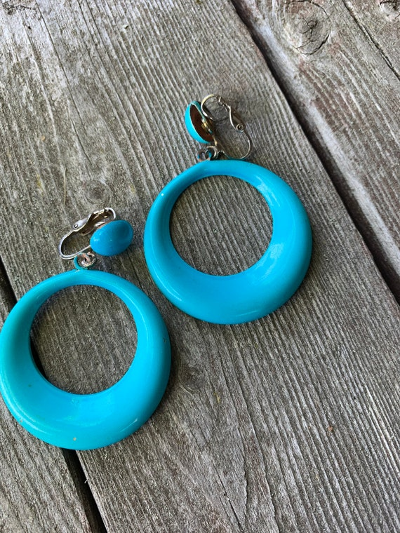 MOD bright turquoise BLUE Aqua enamel Painted metal Hollow Big Hoop Clip ons, Fashion Statement Earrings, 60s Costume Jewelry