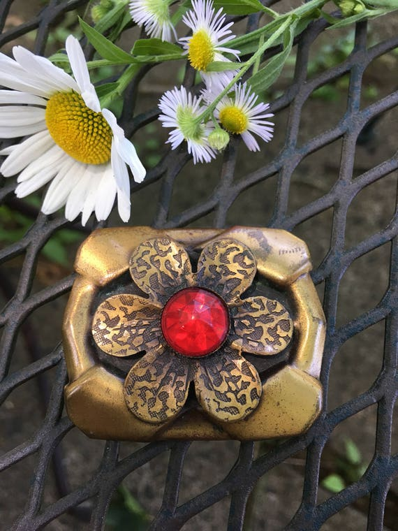 Vintage Art Nouveau Daisy Flower Brooch with Red Jewel Cut Lucite Center, Antique Brassy Bronze Tone Boho Pin, Mid Century Jewelry