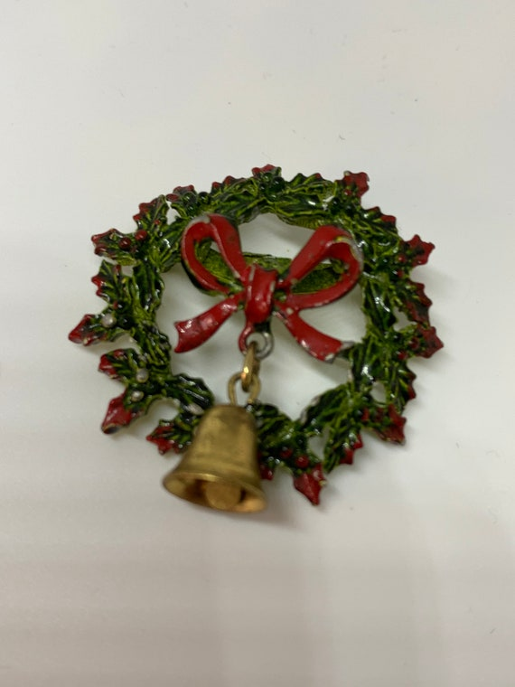 Neat Old 50s Rockabilly Enamel Painted Wreath Christmas Pin with Red Bow Holly & Little Brass Bell