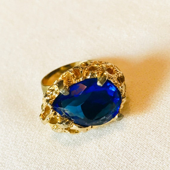 Stunning Vintage 80s or Earlier *BRIGHT* Blue Glass Gem cut Rhinestone Adjustable Goldtone Cocktail Ring