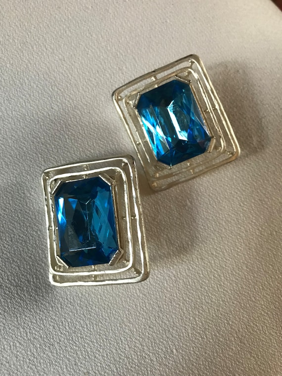 Big Dazzling Vintage Aqua Blue Rhinestone Earrings in Modernist Brushed Silvertone Setting, Art Deco Revival Glamour Jewelry Clip ons