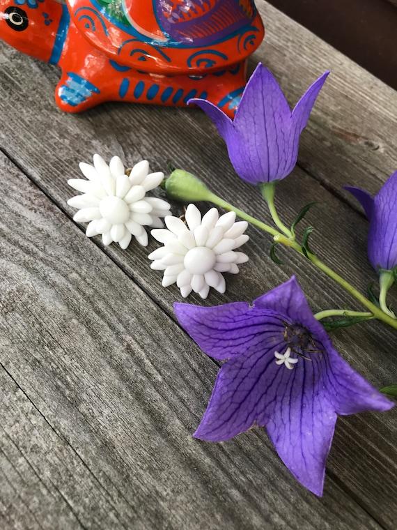 Beautiful Vintage WESTERN GERMANY Celluloid White Daisy Flower Screw Back EARRINGS