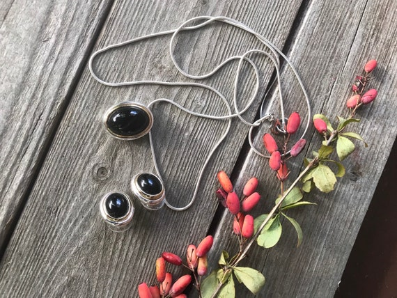 A Lovely Silvertone and Black Cabochon Modern  Southwestern Style Fashion Jewelry Necklace & Earring Set