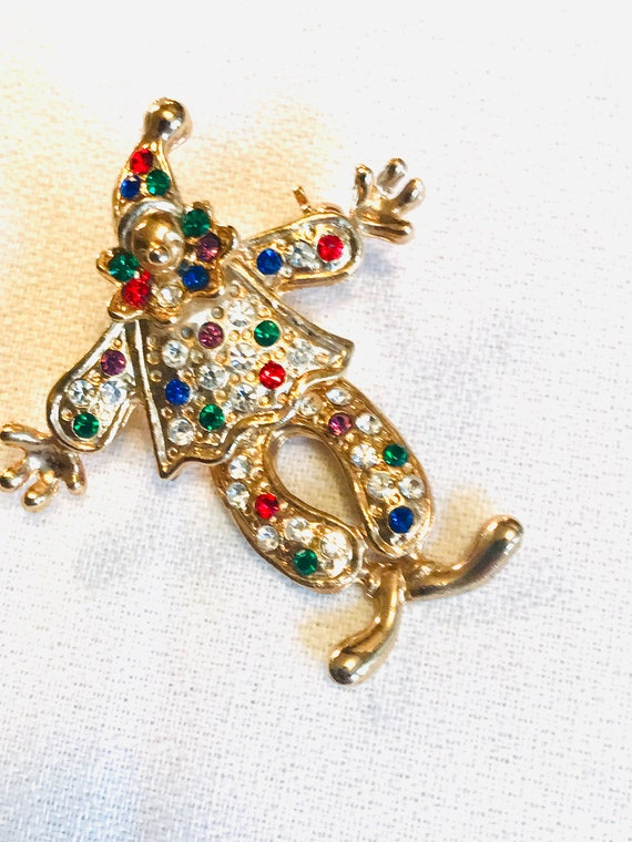 Articulated Goldtone Circus Clown with Rainbow Rhinestone Gem Clown Suit and Swinging Dancing Legs Mid Century Brooch Pin Sparkle