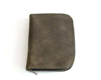 POUCH MATA handmade of olive, textured leather, ideal to store small items like make-up