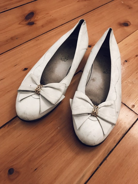 Vintage white shoes // vintage bow shoes // white