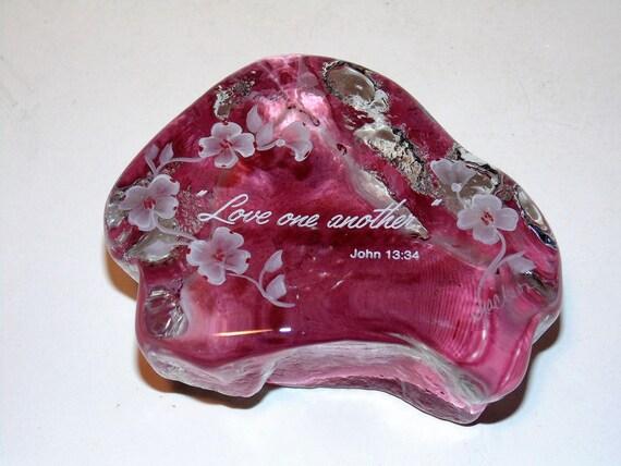 Signé le presse-papier en verre d'Art, aimer, John 13:34, Figurine de l'Art du verre, rose avec des fleurs, signé S.Jackson, presse papier Vintage