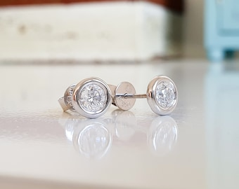 Gorgeous timeless brilliant 950 platinum stud earrings, 2 brilliant top Wesselton, 0.48 carats