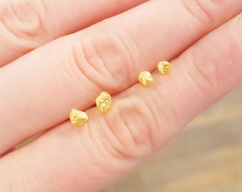 Nugget studs * Gold studs in fine gold nuggets & 750 gold nugget
