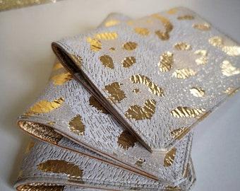 Porte-cartes en cuir gris /beige orné d'un motif leopard métallisé doré intérieur en cuir doré