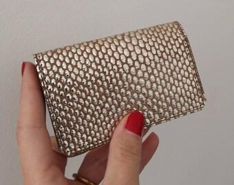 Porte-cartes en cuir taupe orné d'un motif métallisé argent doublé en cuir uni