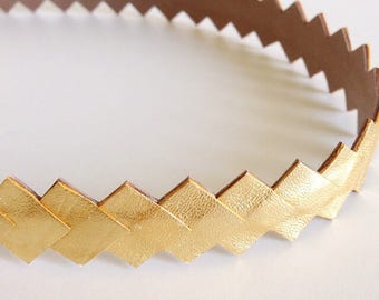 "Head band mounted on an elastic gold color ""chart"""