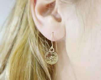 1 initial earrings. gold monogram earrings. gold earrings. Personalized earrings. Monogram jewelry. Personalize jewelry