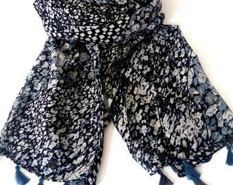 Φουλάρι με λουλούδια και φουντάκια / Floral print black and white scarf