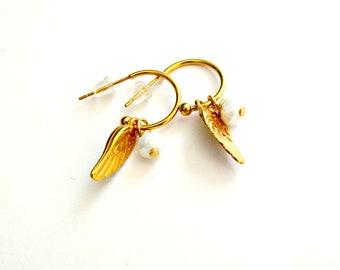 Επίχρυσα σκουλαρίκια κρίκοι με φτερό / Gold hoop earrings with feather and white bead
