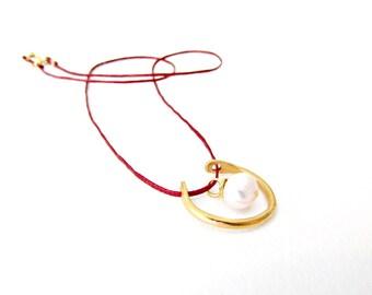 Κολιέ με ημικύκλιο και μαργαριτάρι / Half circle necklace with freshwater pearl and red cord