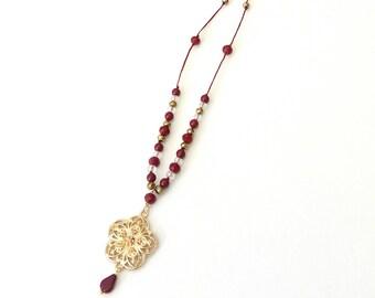 Κολιέ με επίχρυσο λουλούδι και bordeux χάντρες, Long beaded necklace with gold flower pendant