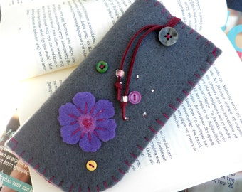 Grey felt eyeglass case - Mother's day gift- Flower eyeglass case - Grey felt case-Eyeglass felt case-Grey case purple flower and buttons