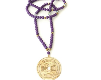 Mακρύ κολιέ με μωβ χάντρες και επίχρυσο κύκλο / Long purple beaded necklace with circle pendant