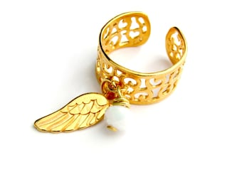 Επίχρυσο δαχτυλίδι chevalier με φτερό και άσπρη χάντρα /Chevalier gold plated ring with feather and white bead