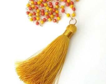 Χειροποίητο μακρύ κολιέ με αλυσίδα από χάντρες πορτοκαλί, κίτρινες και φούντα / Handmade yellow and orange rosary necklace with gold tassel