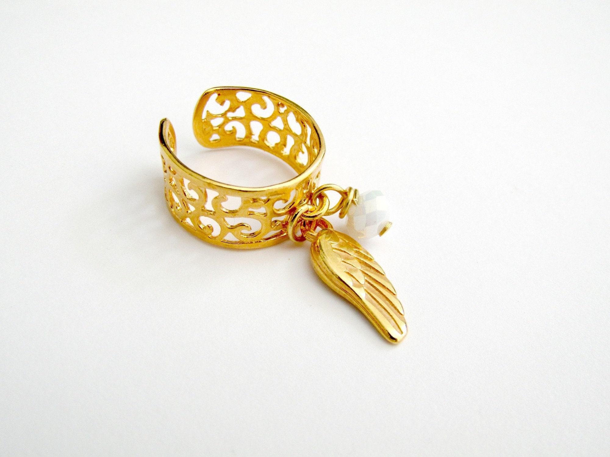 Επίχρυσο δαχτυλίδι chevalier με φτερό και άσπρη χάντρα  Chevalier gold  plated ring with feather and white bead 21dff83c28e