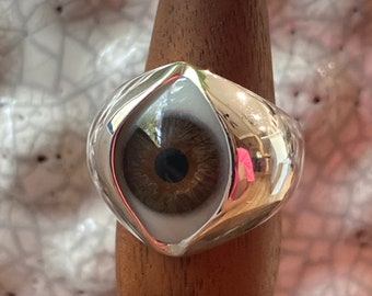 Size 10 vintage Hand painted brown eye set in the King sterling silver ring setting