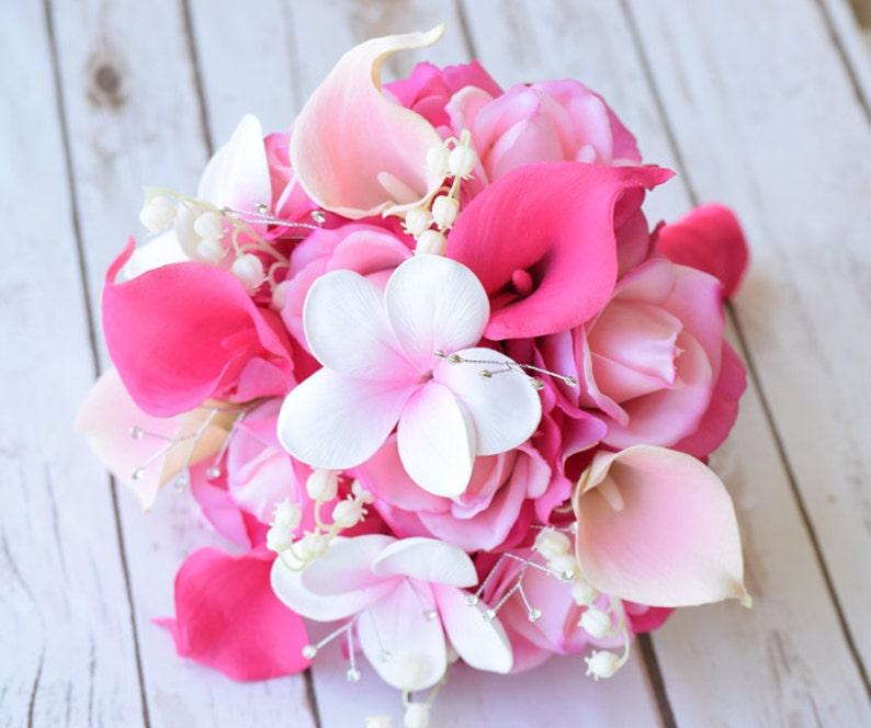 Bouquet Sposa Fucsia.Matrimonio Bouquet Fucsia Hot Pink Roses Plumerias E Calla Lilies Tocco Naturale Seta Fiori Rose Sposa Damigelle D Onore