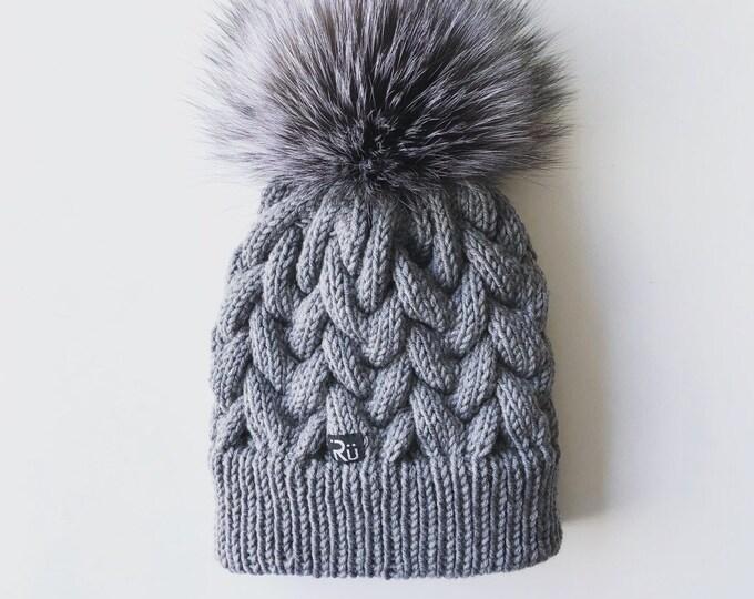 L izmēra pīņu raksta cepure ar dubultu malu - polārlapsas kažokādas bumbulis - Gatava sūtīšanai
