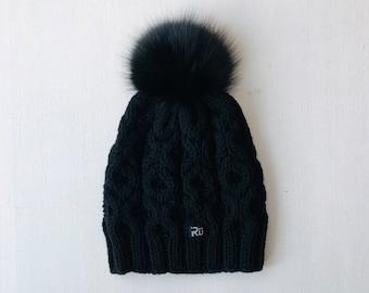 S (54-56cm) - Melna merīnvilnas cepure ar skaistu rakstu un melnu kažokādas bumbuli - Gatava sūtīšanai
