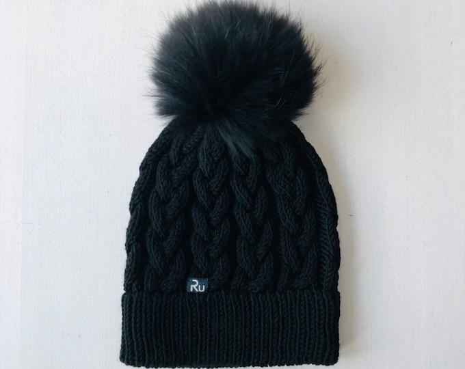 L (58-60cm) - Melna merīnvilnas cepure ar pīņu rakstu, fiksētu dubulto malu un kažokādas bumbuli - Gatava sūtīšanai