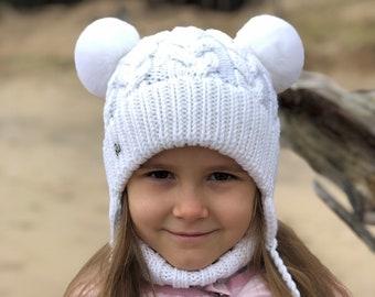 0-3 mēneši - Balta merīnvilnas cepures ar truša kažokādas bumbuļiem - Gatavas sūtīšanai.
