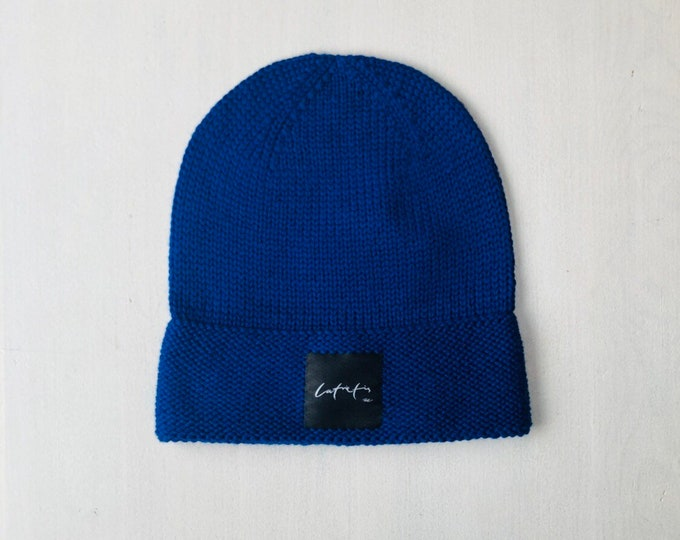 """S izmērs (54-56cm) - Zila merīnvilnas cepure ar """"latvietis"""" logo - Gatava sūtīšanai"""