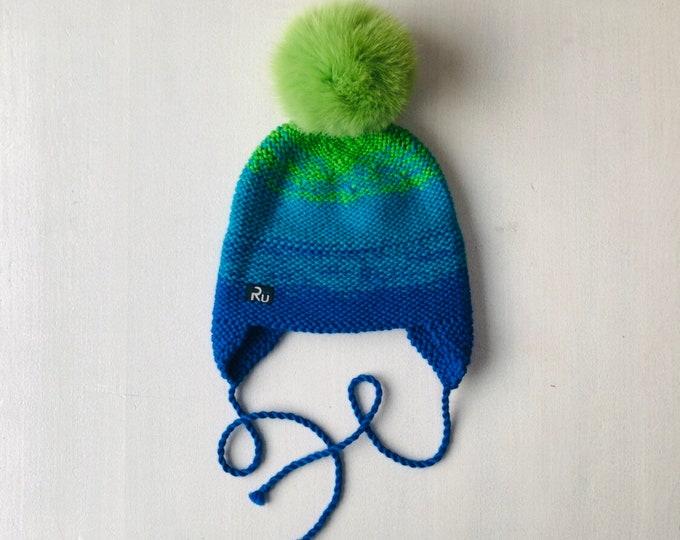 6-12 mēneši (44-48cm) - zili zaļa cepure ar sasiwnamām austiņām - ir bumbuļu izvēle - Gatava sūtīšanai