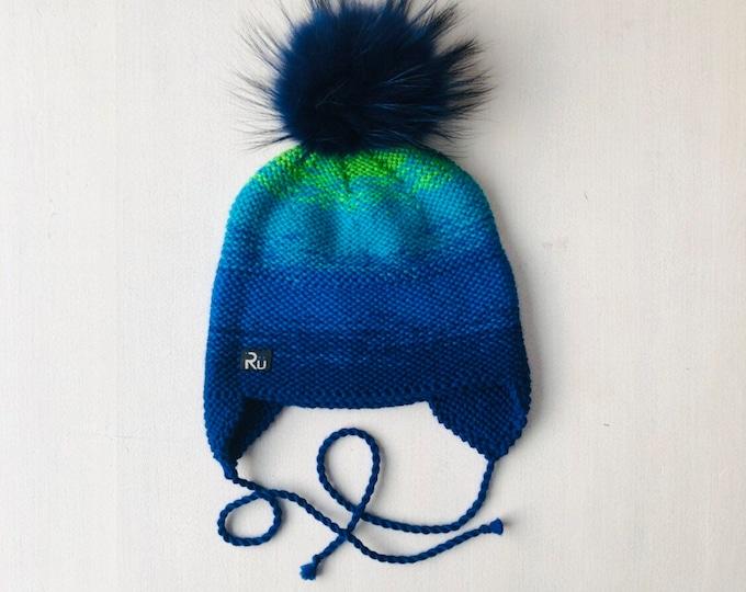1-2 gadi (48-50cm) - Zilizaļa merīnvilnas ausainīte ar skaistu krāsu pāreju - izvēlies bumbuļu komplektu pats - Gatava sūtīšanai