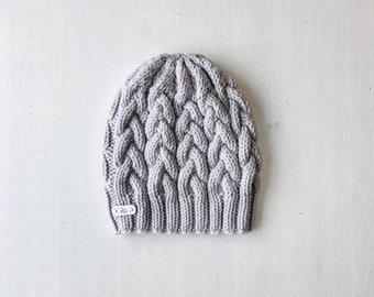 L (58-60cm) - Pīņu raksta cepure - lapsas kažokādas bumbulis - Gatava sūtīšanai