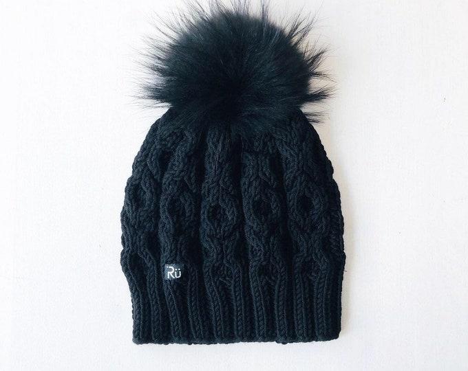 L (58-60cm) - Melna merīnvilnas cepure ar skaistu rakstu un melnu kažokādas bumbuli - Gatava sūtīšanai