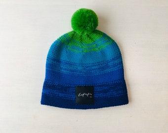 """S (54-56cm) - Zili zaļa koša merīnvilnas cepure ar """"Latvietis"""" logo - Gatava sūtīšanai"""