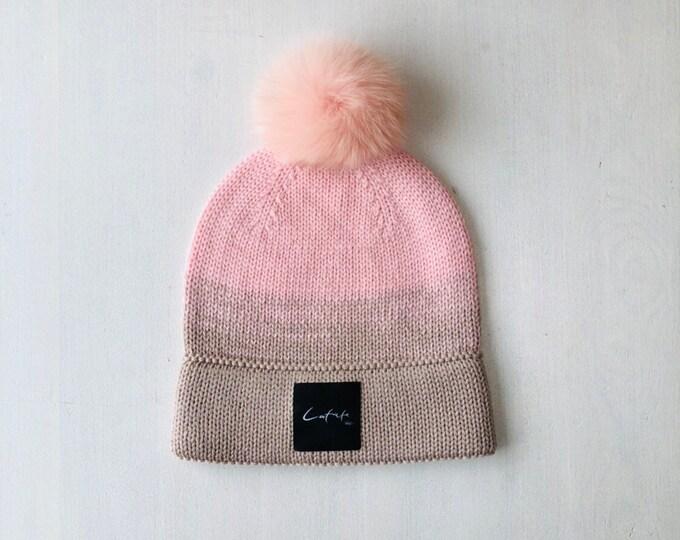 """S (54-56cm) - persiku / bēša merīnvilnas cepure ar dubultu malu un """"latviete"""" logo - Gatava sūtīšanai"""