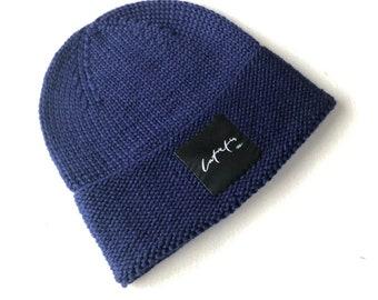 """2-4 gadi (50-52cm) - Tumši zila merīnvilnas cepurīte ar dubultu malu un """"latvietis"""" logo - Gatava sūtīšanai"""