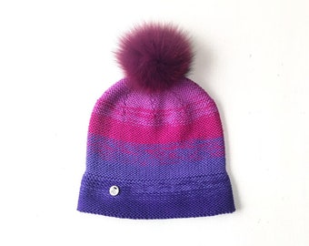 M (56-58cm) - Merīnvilnas cepure ar košu krāsu pāreju - kažokādas bumbulis - Gatava sūtīšanai