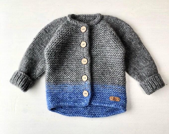 74/80 cm (6-12 mēneši) Mīksta tumši pelēka / spilgti zila jaciņa mazulim - Gatava sūtīšanai