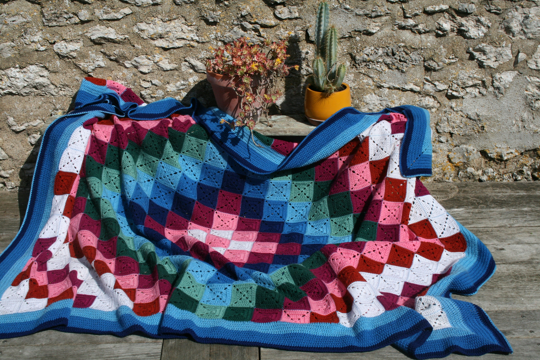 Originale couverture crochet vintage, CAROLINE,faite main en carrés granny unis disposés de façon graphique, large bordure crochetée
